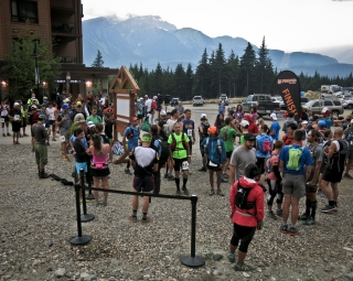 Runners lining up for a 6am start to Trailstoke: STOKED!